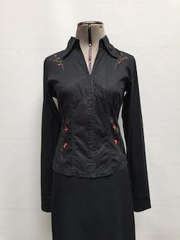 Blusa Brujha's negro, estampado de flores rojas, cuello camisero, corchetes en el medio y manga larga Talla S foto 1
